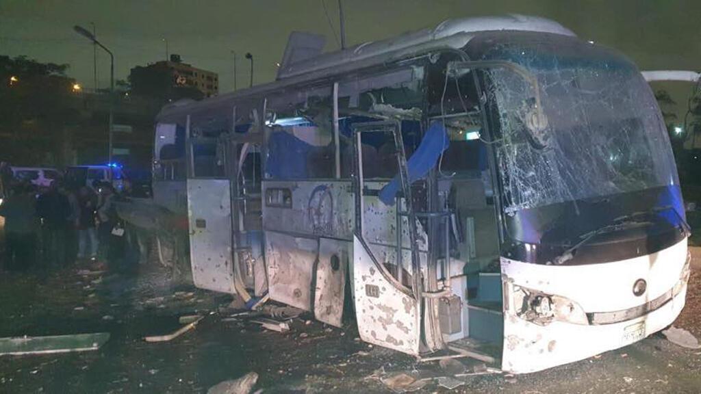 الحافلة السياحية التي وقع بجانبها الانفجار في الجيزة