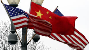 العلم الأمريكي بجانب العلم الصيني، واشنطن، الولايات المتحدة