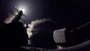 لحظة إطلاق الصورايخ من المدمرة الأمريكية باتجاه القاعدة العسكرية السورية
