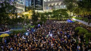 خرج الناس في مسيرة للمطالبة بالديمقراطية والإصلاحات السياسية في هونغ كونغ
