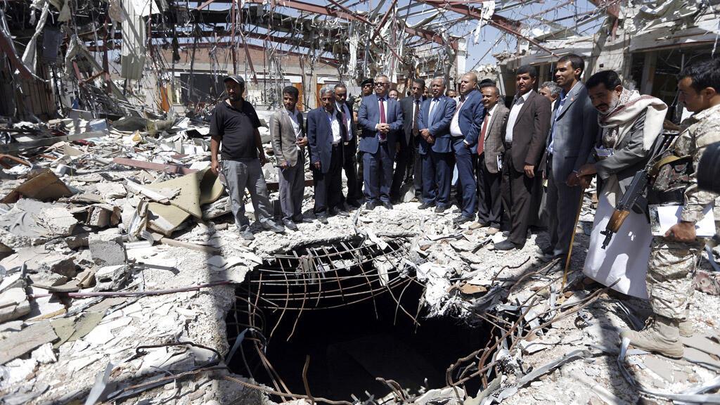 رئيس الوزراء اليمني بن حبتور يزور مبنى هدمته غارات التحالف العام الماضي، صنعاء 08-10-2017