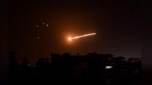 غارة جوية إسرائيلية في سماء دمشق ليلا