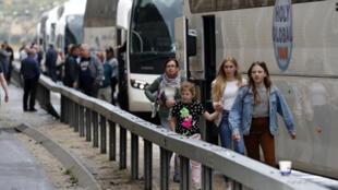 حافلات تقل سياح أجانب في إسرائيل قرب مدينة القدس