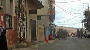 جنود لبنانيون ينتشرون بعد انفجار هز موقعا لحزب الله في قرية عين قانا بجنوب لبنان يوم 22 سبتمبر أيلول 2020