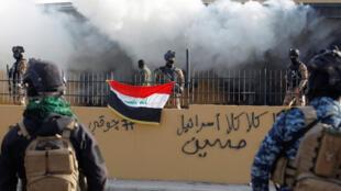 قوات الأمن العراقية أمام السفارة الأمريكية خلال مظاهرة للحشد الشعبي يوم 1 يناير 2020