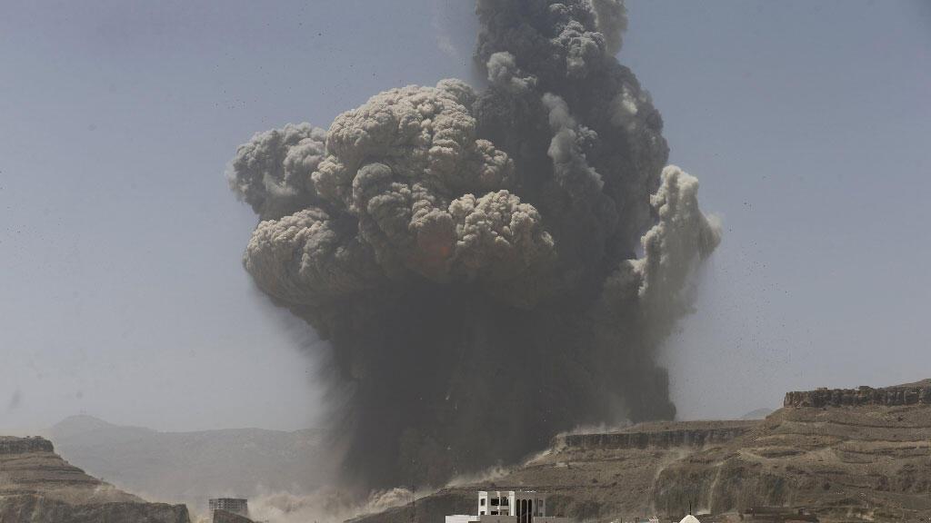 أعمدة الدخان تتصاعد من الموقع الذي تم استهدافه في فج عجان جنوبي العاصمة صنعاء 20-04-15
