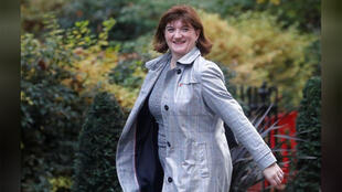 وزيرة الثقافة البريطانية نيكي مورجان خارج مقر الحكومة البريطانية في وسط لندن