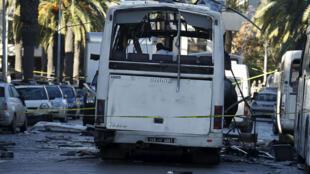 حافلة الحرس الرئاسي التونسي في موقع الهجوم الذي تعرضت له