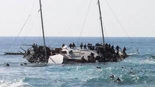 انقلاب قارب لمهاجرين  يحاولون الوصول  إلى ساحل جزيرة جنوب شرق رودس 20 أبريل 2015