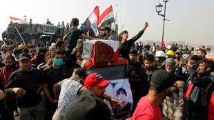 أشخاص ينقلون نعش أحد المتظاهرين الذي قُتل في مظاهرة مناهضة للحكومة-