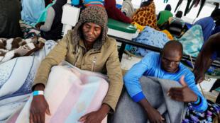عبد الله من النيجر، الذي أصيب بجروح ناجمة عن إطلاق النار في ليبيا، على متن قارب الإنقاذ Proactiva Open Arms غير الحكومي في وسط البحر المتوسط.-