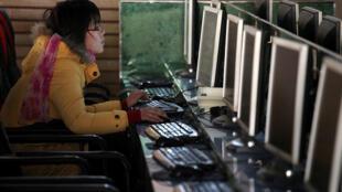 صينية تستخدم الإنترنت (صورة تعبيرية)
