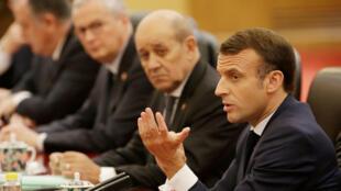 الرئيس الفرنسي إيمانويل ماكرون يحضر اجتماعًا مع الرئيس الصيني شي جين بينغ في بكين-
