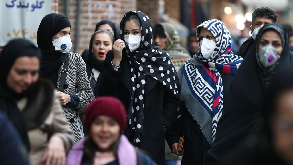 نساء يضعن أقنعة واقية من فيروس الكورونا في سوق طهران الكبير، إيران