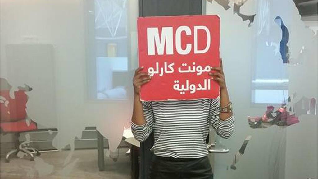 الفنانة السودانية السارة في استديو مونت كارلو الدولية، باريس