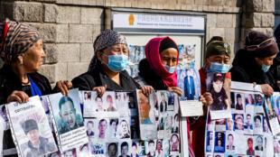 مجموعة من المتظاهرين معظمهم من النساء ينظمون اعتصامات أمام قنصلية الصين في ألماتي أكبر مدينة في كازاخستان في 9 مارس 202 للمطالبة بعودة المفقودين والمسجونين والمحاصرين بسبب حملة السطات الصينية ضد الأقليات في منطقة شينجيانغ أقصى غرب البلاد