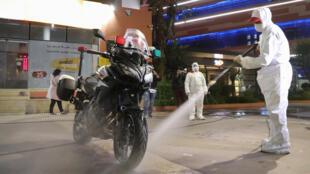 عملية تعقيم لدراجة نارية في ظل انتشار وباء كورونا، مراكش