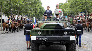 الرئيس الفرنسي على متن الآلية العسكرية في جادة الشانزيليزيه