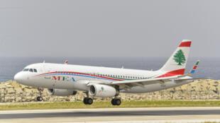 طائرة تابعة لشركة طيران الشرق الأوسط في طريقها للهبوط في مطار بيروت الدولي
