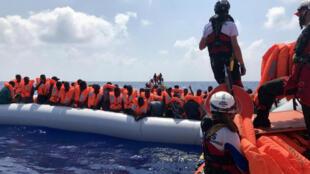 """عملية إنقاذ السفينة الإنسانية """"أوشن فايكنغ"""" المستأجرة من قِبل SOS Méditerranée و Médecins بلا حدود في البحر الأبيض المتوسط في 10 أغسطس 2019. تم إنقاذ 80 مهاجرًا."""