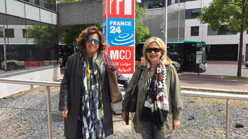 الكاتبة الفرنكوفونية جورجيا مخلوف رفقة الإعلامية كابي لطيف (أمام مبنى مونت كارلو الدولية، باريس)