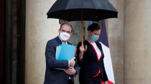 رئيس الحكومة الفرنسية جان كاستيكس لدى خروجه من الاجتماع الأسبوعي لمجلس الوزراء في قصر الإليزيه في باريس ( 28 سبتمبر 2020)