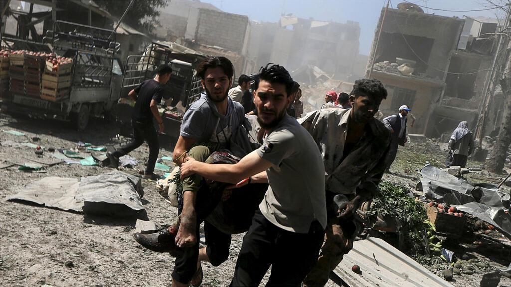 ضحايا هجوم طائرات النظام السوري على سوق مزدحم في دوما بريف دمشق - آب 2015