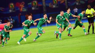 فرحة لاعبي المنتخب الجزائري بعد تأهلهم الى نصف النهائي ضد ساحل العاج