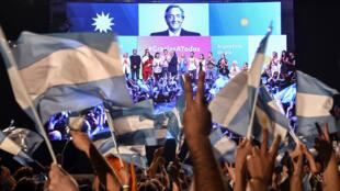 يحتفل أنصار ألبرتو فرنانديز بعد فوزه في الانتخابات العامة-