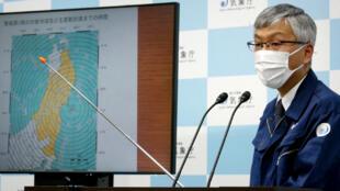 مدير قسم مراقبة الزلازل والتسونامي في وكالة الأرصاد الجوية اليابانية، شينيا تسوكادا، خلال مؤتمر صحفي في طوكيو في الأول من مايو 2021 بعد زلزال بقوة 6.8 درجة وقع قبالة سواحل شمال شرق البلاد.