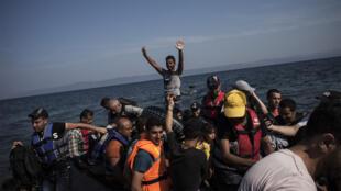 قارب محمل باللاجئين السوريين يصل جزيرة لبسوس اليونانية في 16 آب 2015