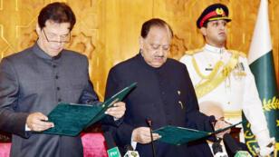 عمران خان يؤدي اليمين الدستورية