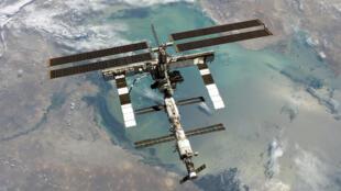محطة الفضاء الدولية كما صورها أحد أفراد طاقم مكوك الفضاء ديسكفري في 6 آب/أغسطس 2005