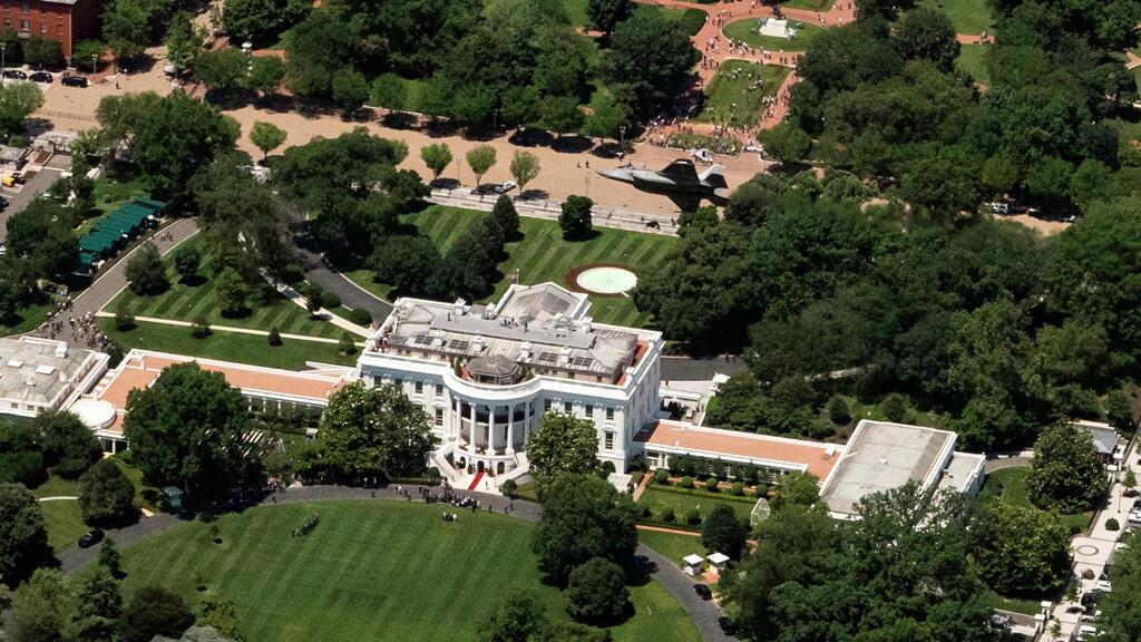 البيت الأبيض محاط بالحدائق