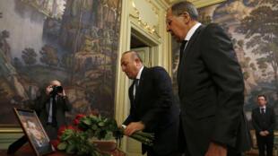 وزير الخارجية الروسي ونظيره التركي خلال مراسم دفن السفير الروسي في موسكو
