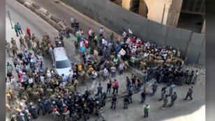 صورة عن المحتجين العسكريين المتقاعدين أمام مبنى البرلمان في لبنان-