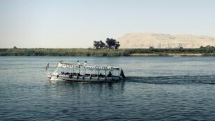 سفينة نقل تعبر نهر النيل