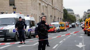 رجال الشرطة في مكان الاعتداء في باريس