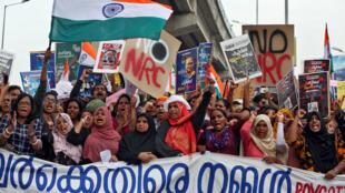 هتف المتظاهرون بشعارات خلال مسيرة احتجاج ضد قانون الجنسية الجديد في كوتشي-