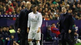 زيدان ونجم ريال مدريد إيدين هازار بعد تعرضه  للإصابة