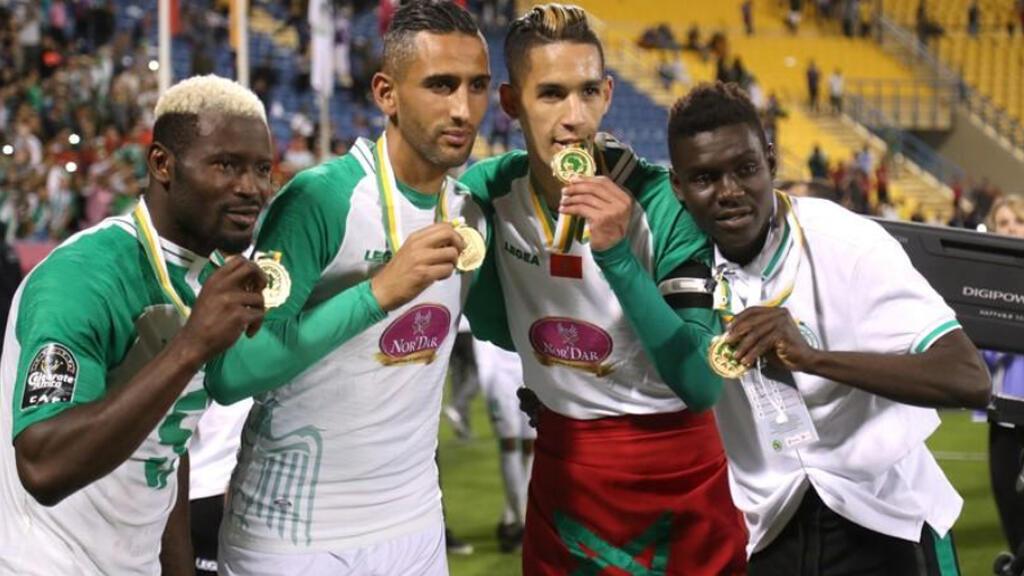لاعبون من الرجاء يحتفلون بالفوز بكأس السوبر الافريقية في الدوحة