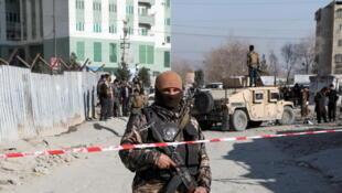 أمني أفغاني يحرس موقع انفجار في كابول