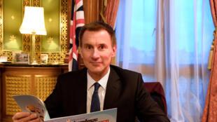 وزير الخارجية البريطاني جيريمي هنت في مكتبه