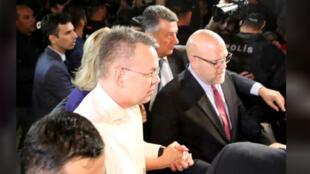 القس الأمريكي برانسون عقب الإفراج عنه ووصوله إلى مطار إزمير في تركيا يوم الجمعة