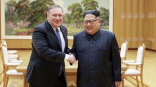 الزعيم الكوري الشمالي كيم جونج أون يصافح وزير الخارجية الأمريكي مايك بومبيو