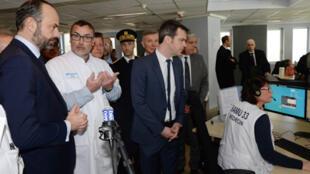 رئيس الوزراء الفرنسي إدوار فيليب ( الأول على اليسار) يتفقد أحد المستشفيات الفرنسية في مدينة بوردو يوم 2 مارس/ آذار 2020