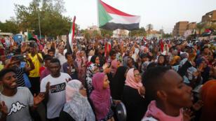 يحتفل المتظاهرون السودانيون في  الخرطوم بعد أن أعلن الجنرالات الحاكمون وقادة الاحتجاج أنهم توصلوا إلى اتفاق بشأن القضية المتنازع