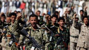 مسلحون من الحوثيين في موكب أقيم بمناسبة 1000 يوم من التدخل العسكري