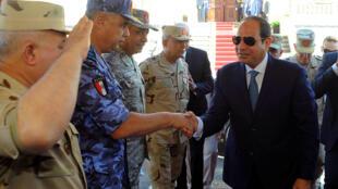الرئيس المصري عبد الفتاح السيسي يصافح قادة الجيش