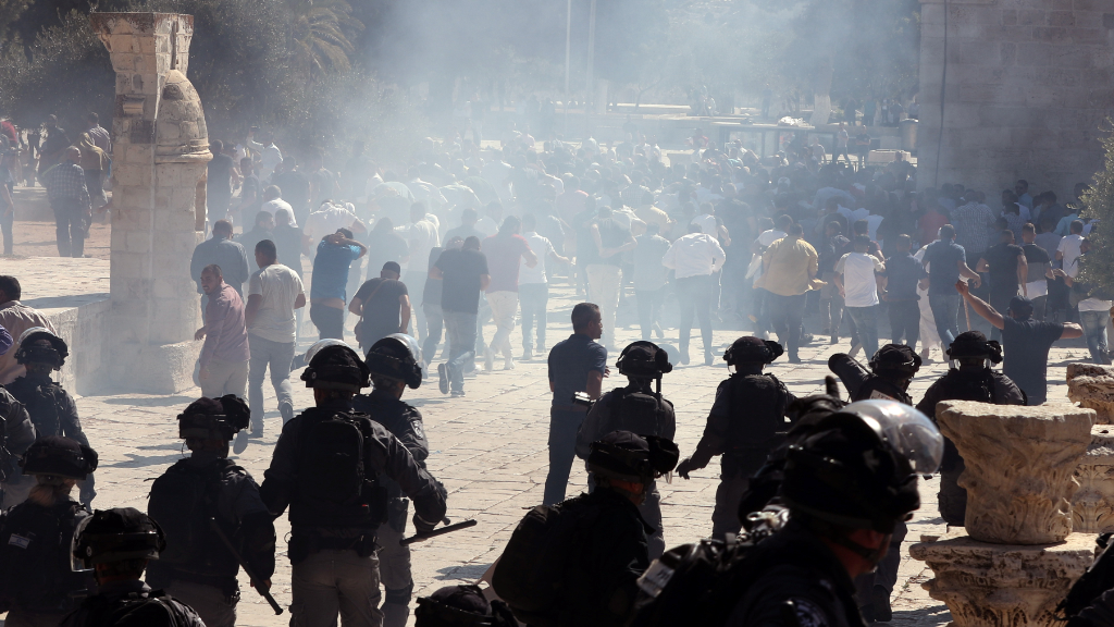 fumée après l'explosion_ police_ israélienne_ affrontait _jeruseleme